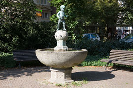 The Buberlbrunnen features the statue of a naked boy by August Kraus.