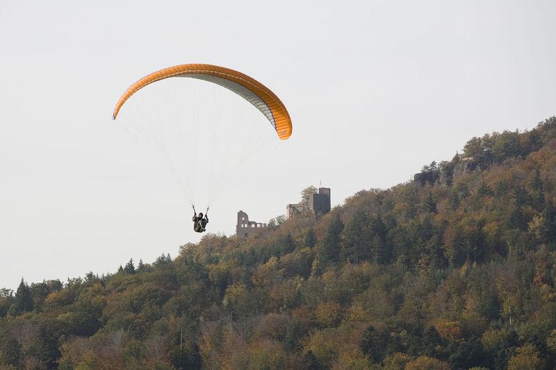 File:GleitschirmfliegerUndAltesSchloss2.jpg
