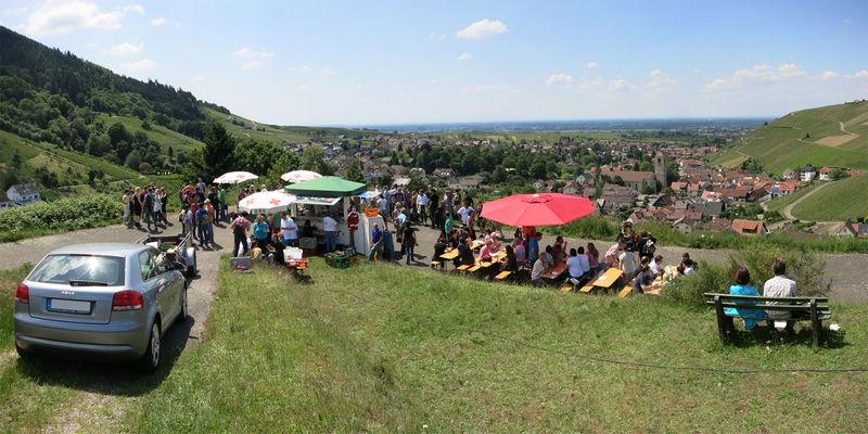 File:Weinwandertag Stand Dursthalde.jpg