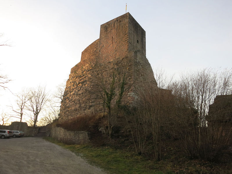 File:AltEbersteinBergfriedSchildmauer.jpg
