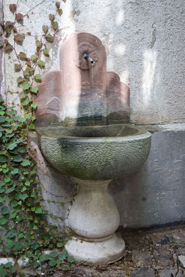 The Büttenquelle is a wall fountain, with a thermal spring supplying it.
